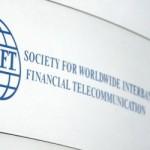 """Das Logo der internationale Zentrale für Finanztransaktionen SWIFT aufgenommen am 23.06.2006 an der Geschäftsstelle in Frankfurt. Die internationale Zentrale für Finanztransaktionen SWIFT mit Hauptsitz in Belgien hat Daten an eine Einrichtung des US-Finanzministeriums übermittelt. Dazu habe es nach den Terrorattacken des 11. September verbindliche Vorladungen gegeben, teilte die Society for Worldwide Interbank Financial Telecommunication (SWIFT) am Freitag (23.06.2006) auf ihrer Internetseite mit. Die US-Regierung hat sich nach einem Bericht der """"New York Times"""" Zugang zu weltweiten Bankdaten verschafft. Das geheime Programm sei darauf ausgerichtet gewesen, die Überweisungen von Verdächtigen mit Verbindungen zum Terrornetzwerk El Kaida zu überprüfen, schreibt das Blatt am Freitag (23.06.2006). Foto: Fredrik von Erichsen dpa +++(c) dpa - Bildfunk+++"""